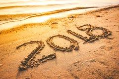 Rok 2018 ręcznie pisany na seashore piasku Zdjęcie Stock