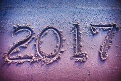 Rok 2017 ręcznie pisany na seashore piasku Rocznika brzmienie Obrazy Royalty Free
