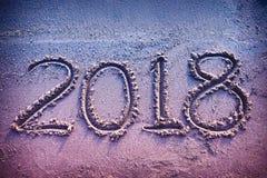 Rok 2018 ręcznie pisany na seashore piasku Rocznika brzmienie Zdjęcia Stock