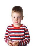 3-4 rok rozochoconej przystojnej chłopiec w pasiastej koszulce w stadninie Fotografia Stock