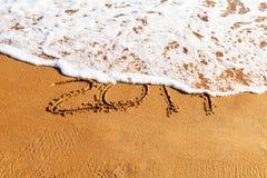 2019 rok rysujących na piasku myje daleko od falą fotografia royalty free