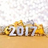 2017 rok srebra postacie i Bożenarodzeniowe dekoracje Zdjęcie Stock