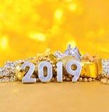2019 rok srebra postacie na tle Bożenarodzeniowy decorati Fotografia Royalty Free