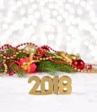 2018 rok złote postacie i świerczyny decorat gałęziasty i Bożenarodzeniowy Fotografia Stock