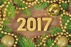 2017 rok złote postacie i świerczyny dekoracja gałęziasta i Bożenarodzeniowa Obrazy Stock