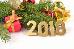 2018 rok złote postacie i świerczyny gałąź Zdjęcia Stock