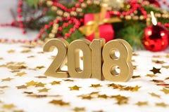2018 rok złote postacie i świerczyny gałąź Zdjęcie Royalty Free