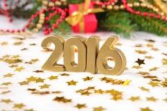 2016 rok złote postacie i Bożenarodzeniowe dekoracje Zdjęcia Stock