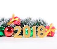 2018 rok złote postacie i Bożenarodzeniowe dekoracje na bielu Fotografia Royalty Free