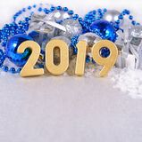 2019 rok złote postacie i Bożenarodzeniowy decorati srebrzysty i błękitny Obraz Royalty Free