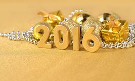 2016 rok złote postacie i złote Bożenarodzeniowe dekoracje Obrazy Stock