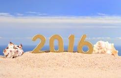 2016 rok złote postacie na plażowym piasku Fotografia Stock