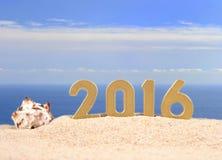 2016 rok złote postacie na plażowym piasku Obraz Stock