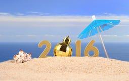 2016 rok złote postacie na plażowym piasku Obrazy Royalty Free