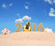 2016 rok złote postacie na plażowym piasku Zdjęcie Stock