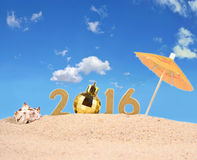 2016 rok złote postacie na plażowym piasku Zdjęcie Royalty Free