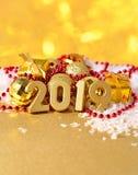 2019 rok złote postacie na tle Bożenarodzeniowy decorati Zdjęcie Royalty Free