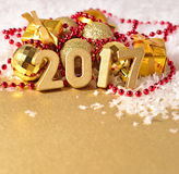 2017 rok złote postacie na tle Bożenarodzeniowy decorati Zdjęcie Royalty Free