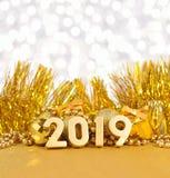 2019 rok złote postacie na tle złoty Bożenarodzeniowy d Zdjęcia Stock