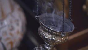 Rokend apparaat in het midden van het ritueel Lengte van de close-up de langzame motie van een rokend apparaat in het midden van  Royalty-vrije Stock Afbeeldingen
