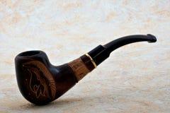 Rokend een pijp-apparaat om speciaal voorbereide en gesneden tabak Te roken stock afbeelding