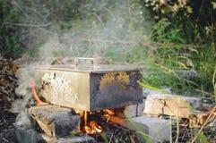 Rokend voedsel bij de staak rookhok Het koken in aard royalty-vrije stock foto's