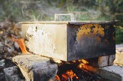 Rokend voedsel bij de staak rookhok Het koken in aard royalty-vrije stock afbeeldingen