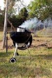 Rokende bbq grill buiten Stock Foto's