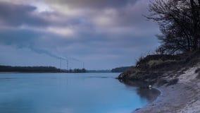 Rokende elektrische centrale, timelapse Twee mensen bekijken water stock video