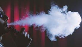 Rokende elektronische sigaret of vaping apparaat royalty-vrije stock afbeelding
