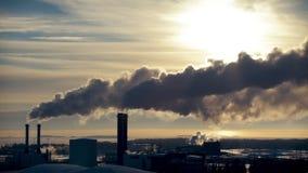 Rokende fabrieksschoorstenen Milieuprobleem van verontreiniging stock video