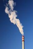 Rokende industriële schoorsteen Stock Afbeeldingen