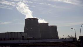 Rokende industriële schoorstenen Rokende Elektrische centrale stock videobeelden