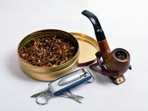 Rokende pijp en aromatische tabak Stock Foto's