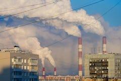 Rokende pijpen achter de flatgebouwen Stock Afbeelding
