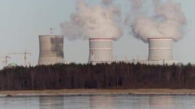Rokende pijpen van een thermische elektrische centrale stock video