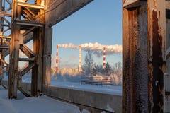 Rokende pijpen van thermische elektrische centrale op de achtergrond van het de winterlandschap royalty-vrije stock foto