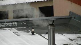 Rokende schoorsteen met heel wat rook stock footage