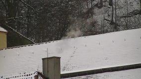 Rokende schoorsteen met heel wat rook stock videobeelden
