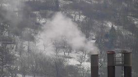Rokende schoorsteen met heel wat rook stock video
