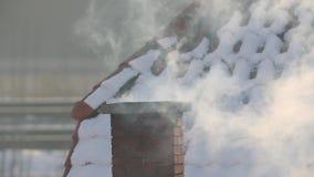 Rokende Schoorsteen op een Dak stock videobeelden