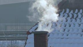 Rokende Schoorsteen op een Dak stock footage