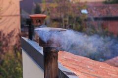 Rokende schoorsteen van een huis Stock Afbeelding