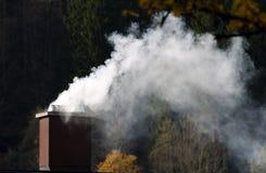 Rokende schoorsteen van een huis Royalty-vrije Stock Foto's