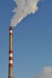 Rokende schoorstenen boven de wolken royalty-vrije stock fotografie