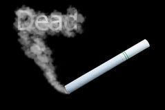 Rokende sigaret op zwarte achtergrond Royalty-vrije Stock Afbeelding