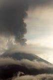 Rokende Volcano Vertical Royalty-vrije Stock Foto's