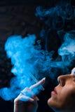 Rokende vrouw met een cigare Royalty-vrije Stock Afbeelding