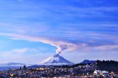 Rokende vulkaan in de ochtend Cotopaxi, Ecuador royalty-vrije stock foto's