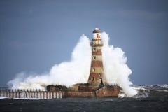 Roker latarni morskiej fala Obrazy Royalty Free